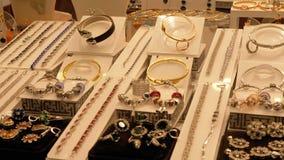 Juwelen van zilver op het winkelvenster dat worden gemaakt stock video
