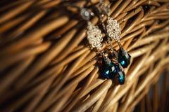 Juwelen vastgestelde oorringen en tegenhangerhalsband op strosteun Met de hand gemaakte juwelen van polymeerklei in rustieke stij Royalty-vrije Stock Afbeeldingen