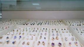 Juwelen voor verkoop Gouden ringen met diamanten en andere halfedelstenenjuwelen voor vrouwen in de gouden markt stock footage