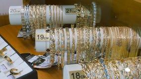 Juwelen voor verkoop Gouden ringen met diamanten en andere halfedelstenenjuwelen voor vrouwen in de gouden markt stock videobeelden