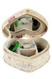 Juwelendoos met een spiegel in de vorm van hart, op whit wordt geïsoleerd die stock foto