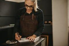 Juwelenontwerper de schets ontwerpt in studio stock afbeeldingen