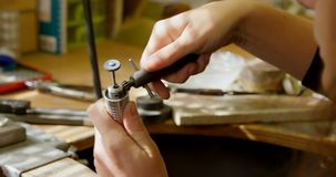 Juwelenontwerper die juwelen in workshop 4k maken stock footage