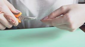 Juwelenontwerper die in studio werken, die tot unieke met de hand gemaakte stukken leiden stock footage