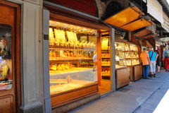 Juwelenwinkels op Ponte Vecchio Florence, Italië Stock Afbeelding