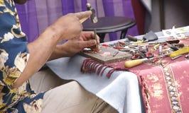 Juwelier arbeitet an seiner Fertigkeit stockbild