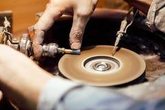Juwelier, der einen blauen SteinZirkon poliert Lizenzfreies Stockfoto