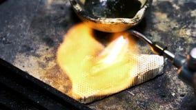 Juwelier, der goldenen Ring poliert stock footage