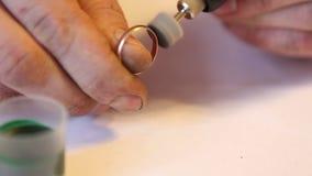 Juwelier die gouden ring met de hulp oppoetsen stock videobeelden