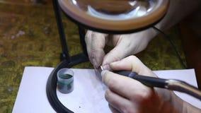 Juwelier die gouden ring oppoetsen met stock video