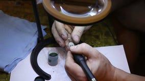 Juwelier die gouden ring oppoetsen met stock videobeelden