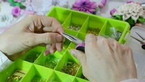 Juwelier die juwelen (bijouterie) maken proces workshop stock footage