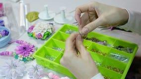 Juwelier die juwelen (bijouterie) maken proces workshop stock videobeelden