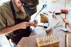 Juwelier die ringen maakt stock foto's