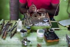 Juwelier die ringen maakt stock foto