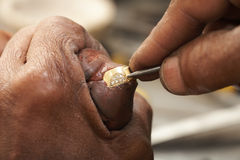 Juwelier die ringen maakt royalty-vrije stock foto's