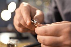 Juwelier die in workshop werken, stock foto's