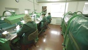 Juwelier op het Werk die een Ring oppoetsen stock footage
