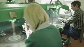 Juwelier op het Werk die een Ring oppoetsen stock video