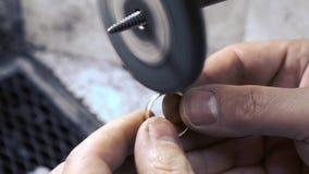 Juwelier oppoetsende trouwring stock footage