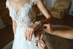 Juwelierarmband op de bruid` s hand Bruid en huwelijksconcept stock foto