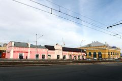 Juweliergeschäft und Handelshaus ` lassen ` auf Lenin-Allee in Barnaul passieren Stockfotografie