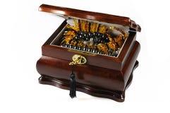 Juwelierschatulle mit bernsteinfarbiger Halskette Lizenzfreies Stockfoto