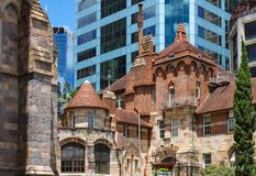 Juxapositon van oude en nieuwe gebouwen - St Martins House, het beautful en overladen vroeger ziekenhuis en een gedenkteken voor  stock afbeeldingen