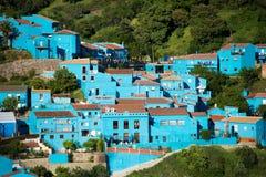 Juzcar Andalusian by för blått i Malaga royaltyfria bilder