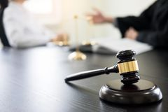 Juzgue el mazo con consejo de los abogados legal en el bufete de abogados en fondo imagen de archivo libre de regalías