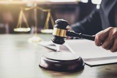 Juzgue el mazo con los abogados de la justicia, mazo en la tabla de madera y el abogado del consejero o del varón que trabajan en fotos de archivo