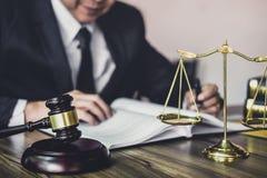 Juzgue el mazo con los abogados de la justicia, mazo en la tabla de madera y el abogado del consejero o del var?n que trabajan en foto de archivo