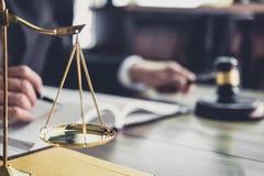 Juzgue el mazo con los abogados de la justicia, mazo en la tabla de madera y el abogado del consejero o del var?n que trabajan en fotos de archivo libres de regalías