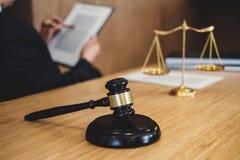 Juzgue el mazo con los abogados de la justicia, el hombre de negocios en traje o al abogado que trabaja en documentos Concepto le fotos de archivo libres de regalías