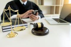 Juzgue el mazo con los abogados demandante de la justicia o la reunión del demandado Imágenes de archivo libres de regalías