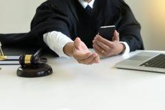 Juzgue el mazo con los abogados demandante de la justicia o la reunión del demandado Fotos de archivo libres de regalías