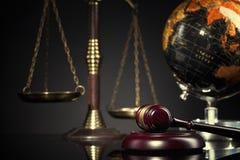 Juzgue el mazo del ` s y la escala de la justicia Concepto de la ley y de la justicia Imagen de archivo libre de regalías