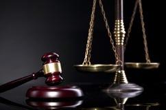 Juzgue el mazo del ` s y la escala de la justicia Concepto de la ley y de la justicia Imágenes de archivo libres de regalías