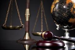 Juzgue el mazo del ` s y la escala de la justicia Concepto de la ley y de la justicia Imagen de archivo