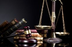 Juzgue el mazo del ` s y la escala de la justicia Concepto de la ley y de la justicia Foto de archivo libre de regalías