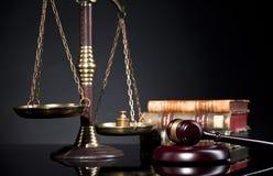 Juzgue el mazo del ` s y la escala de la justicia Oficina legal Fotos de archivo