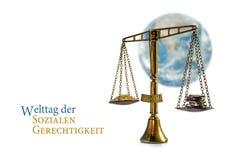 Juzgue la balanza delante de un globo borroso del mundo en el blanco, alemán Fotos de archivo