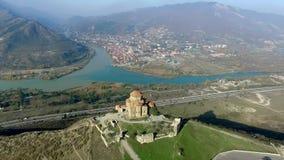 Jvari修道院看法在从高度,空中射击的库塔伊西 股票录像