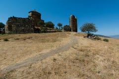 Jvari,墙壁,在石头中的一棵树的废墟修道院  图库摄影