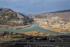 Jvari georgia Panoramablick zum Zusammenströmen von Flüssen Lizenzfreie Stockfotografie