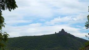 Jvari - georgisches Kloster und Tempel auf die Oberseite des Berges stock video footage