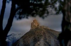 Jvari kloster i Georgia, Kaukasus berg Arkivfoton
