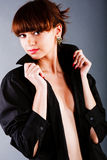 Jóvenes adorables hermosos en camisa negra Imagen de archivo libre de regalías