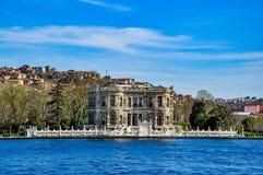 Kà ¼ çà ¼从Bosphorus海峡(Kucuksu宫殿)看见的ksu宫殿,伊斯坦布尔,土耳其 库存图片