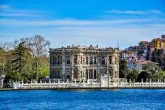 Kà ¼ çà ¼从Bosphorus海峡(Kucuksu宫殿)看见的ksu宫殿,伊斯坦布尔,土耳其 免版税图库摄影
